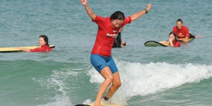 Fille réussit à surfer